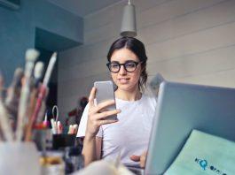 ondernemer die op haar mobiel kijkt