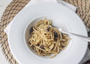 Spaghetti con pesto di finocchietto e mandorle