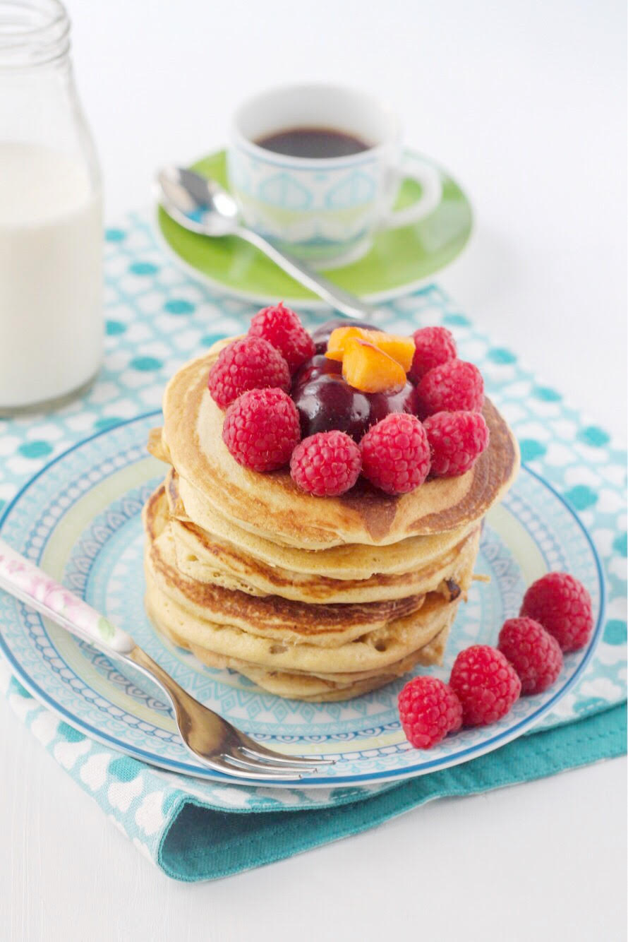 pancakes di farro con frutta fresca e sciroppo d'acero - piatto linea olimpia ginger tognana