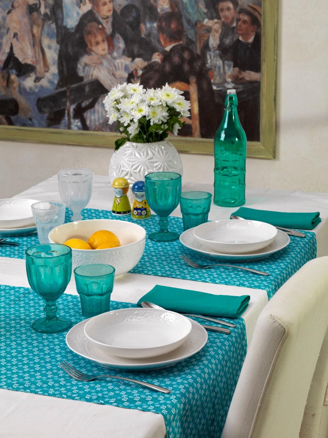 servizio piatti bianco con bicchieri azzurri