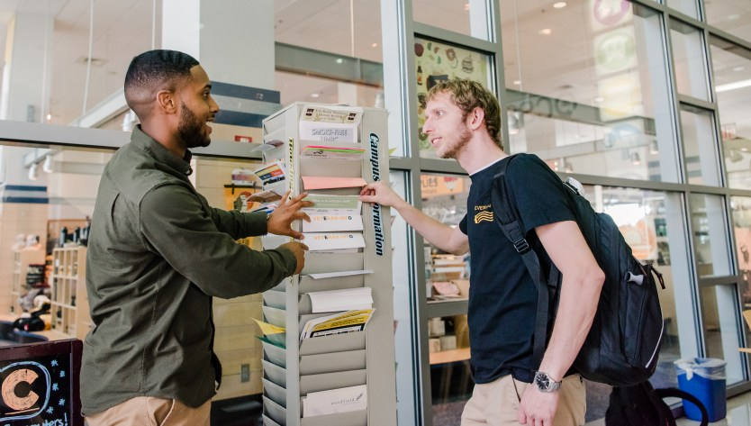 Donovan Garrett (L) helps a student veteran find resources.