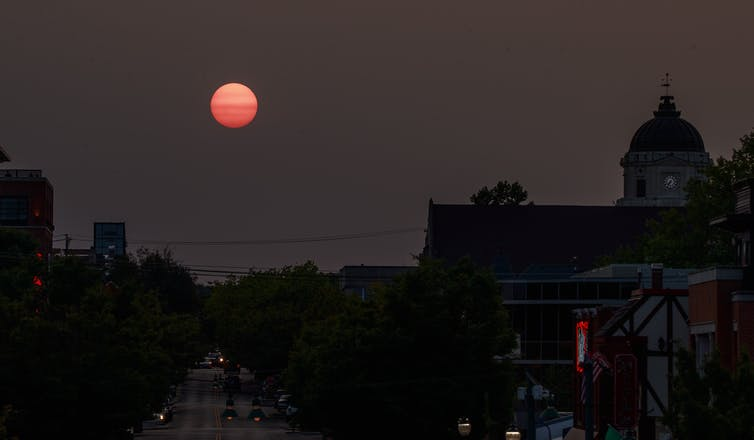 A red hazy sunset over Indiana caused by wildfire smoke from the Western U.S. SOPA Images/LightRocket va Getty Images