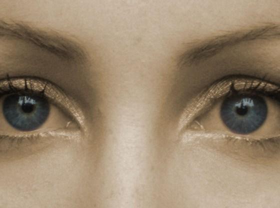 La foto mostra gli occhi azzurri di una donna