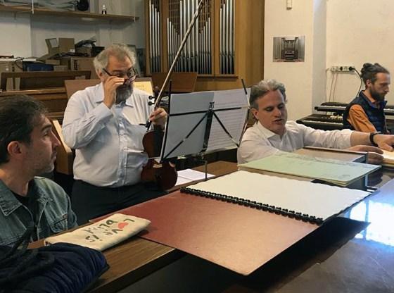 La foto mostra parte delle vEyes Orchestra durante una sessione di prove