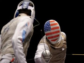 La foto mostra due schermidori in azione