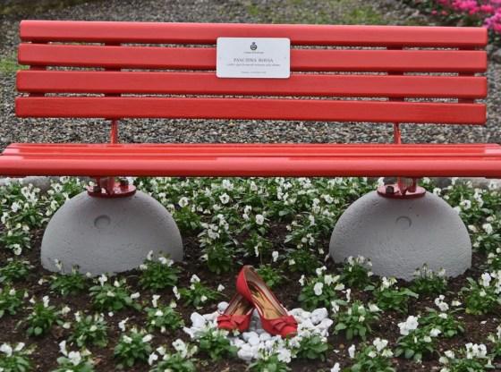 La foto mostra una panchina rossa, simbolo della violenza sulle donne