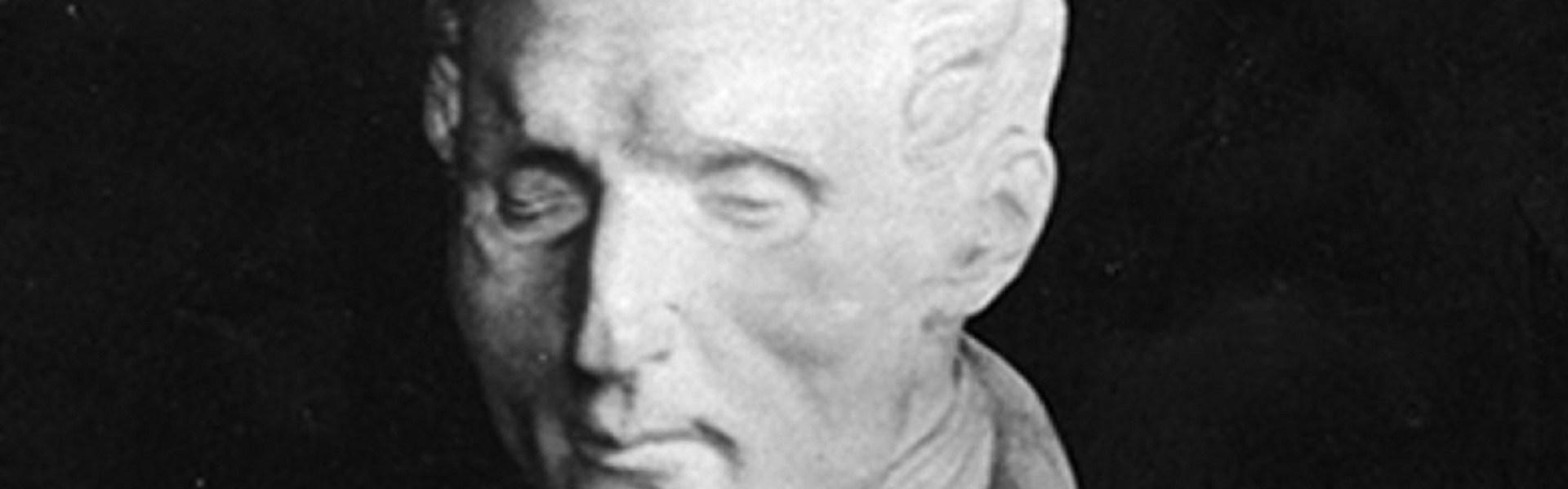 La foto mostra una scultura raffigurante Louis Braille