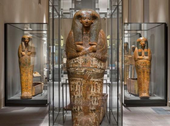 La foto mostra svariati sarcofagi al Museo Cairo