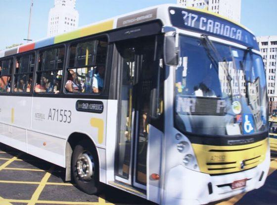 La foto mostra un autobus