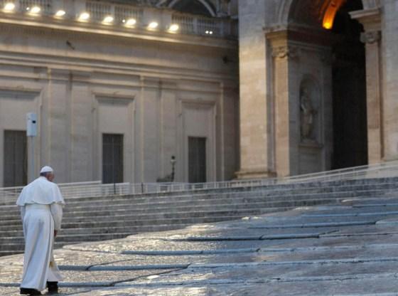 La foto mostra il Papa in piazza San Pietro
