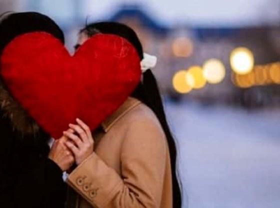 La foto mostra due fidanzati a San Valentino