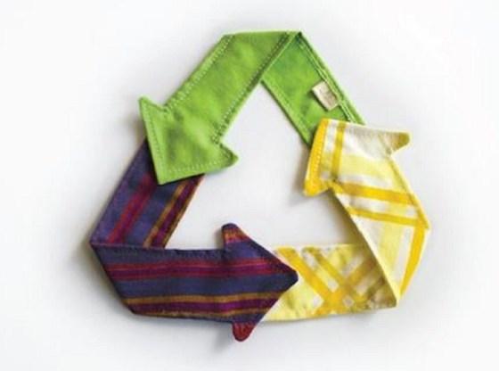 L'immagine mostra il simbolo del riciclo composto da frecce di stoffa