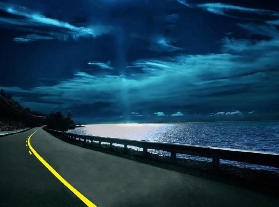 La foto mostra una strada vicino ad un corso d'acqua