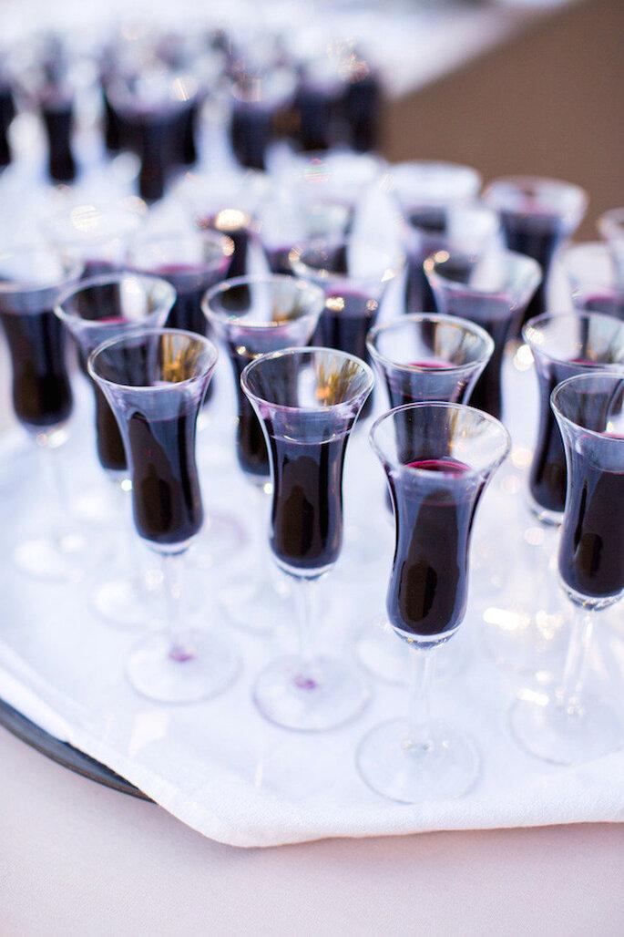 Bebidas para tus invitados en tonalidades intensas y elegantes - Foto Corbin Gurkin Photography