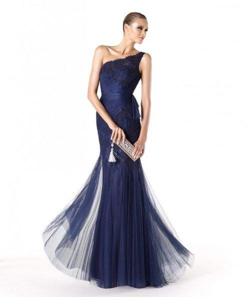 Vestido de fiesta en color azul marino para dama de boda - Foto Pronovias