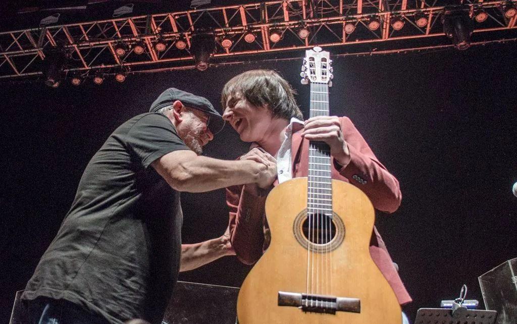 Silvio Rodríguez greets Nahuel Pennisi, at his concert at Luna Park, Buenos Aires, Argentina, October 2018. Photo: Kaloian.