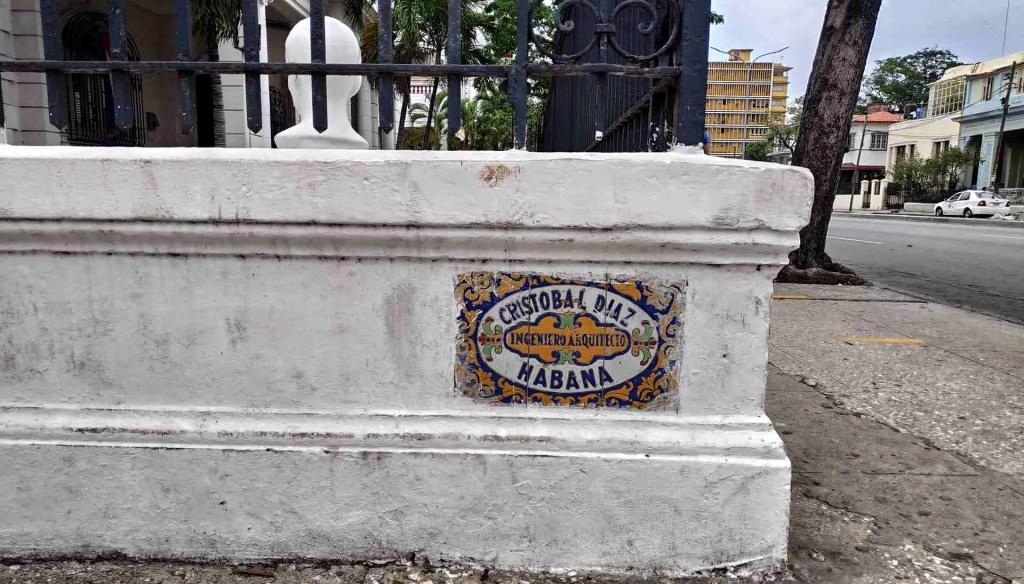Placa en una esquina del Vedado del arquitecto Cristobal Díaz. Foto: Magazine AM:PM.