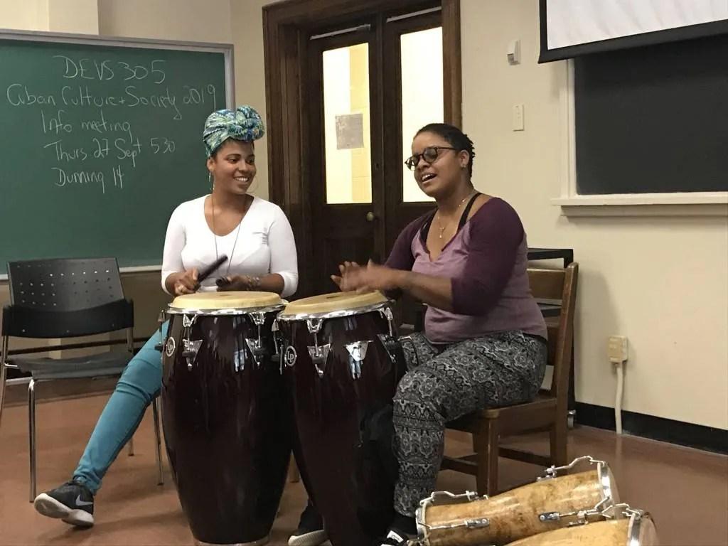 Elizabeth y Magdelys impartiendo un taller de percusión afrocubana en Queen's University. Foto: Karen Dubinsky
