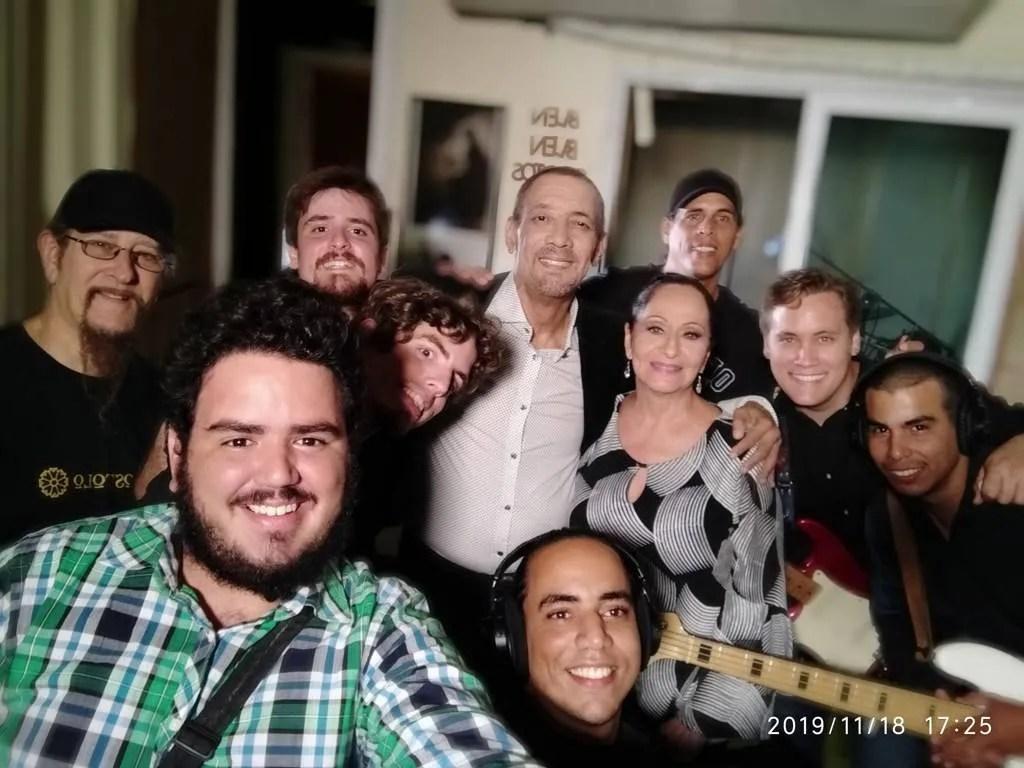 En los estudios Blen Blen, junto a Edesio Alejandro, Beatriz Márquez, Miguel Ángel Céspedes y Luces Verdes. Foto: Cortesía del entrevistado.