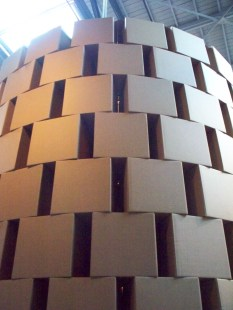 Zimoun et son oeuvre en hauteur qui propose une expérience sonore à vivre à l'intérieur de la tour.