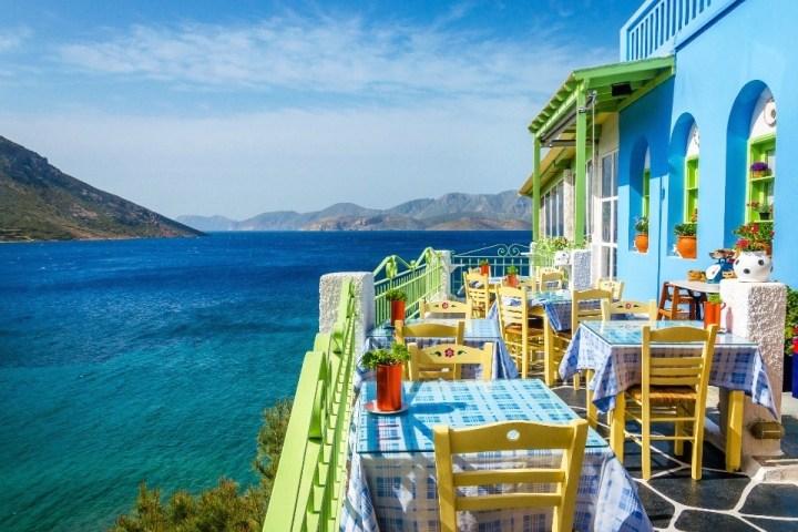 Ristorante tipico greco con terrazza affacciata sul mare