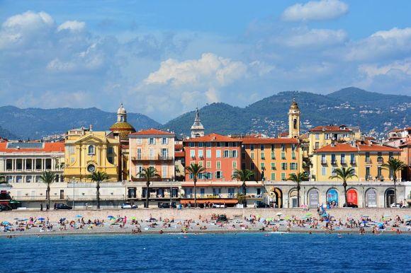 Vista dal mare di Promenade des Anglais con palazzi e bagnanti, Nizza, Francia.