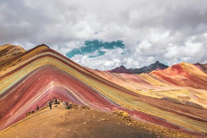 Vista sulla montagna arcobaleno vicino Cusco