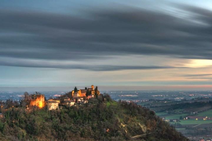Panoramica sul borgo di Monteveglio al tramonto