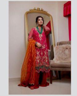Singer Falak Shabir Romantic Pictures With Sarah Khan (2)