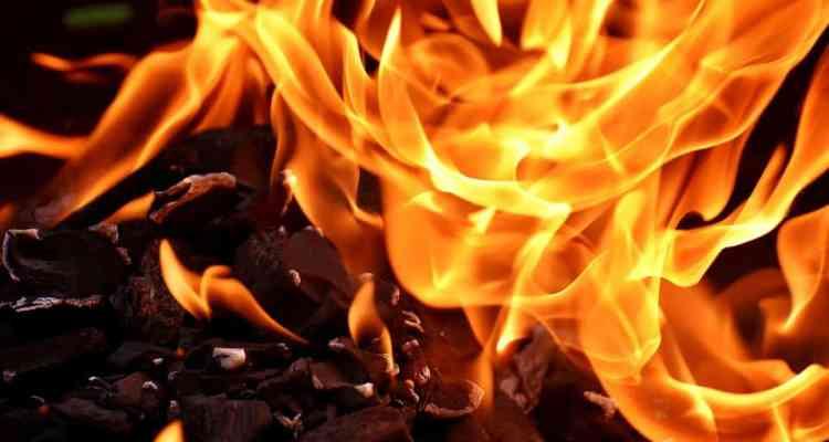 Paura in Via Nolana - Un incendio divampato da un garage avvolge tre ambulanze e fa temere ad una possibile deflagrazione dei veicoli.
