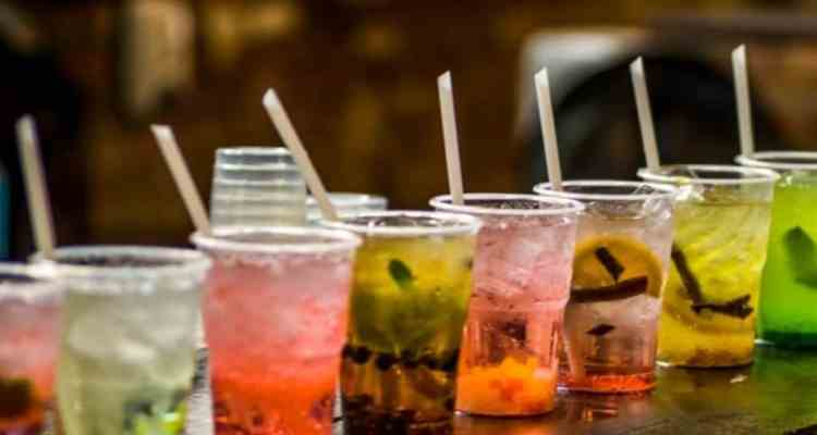 Abbandonati ormai i vestiti pesanti gli italiani stanno iniziando già ad uscire e godersi le serate passate in compagnia nei locali. Noi gli abbiamo chiesto qual è il vostro Cocktail preferito. Ecco la classifica dei 5 cocktails preferiti dagli italiani.