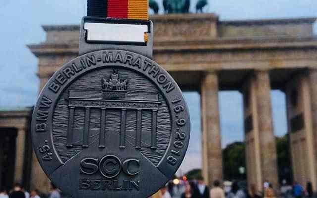 """Con un tempo d'eccezione di 2h01'39"""" Eliud Kipchoge, 33enne keniano, taglia il traguardo della Maratona di Berlino e si consacra leggenda."""