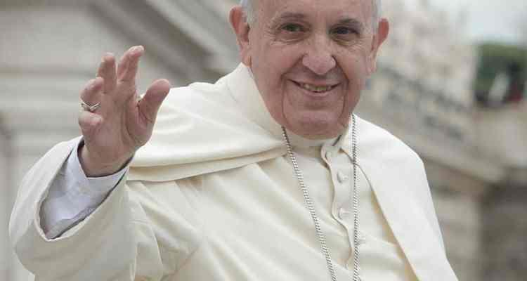 Il Papa è sceso dall'auto e si è incamminato tra la folla per abbracciare una donna che aveva catturato la sua attenzione con un cartello.