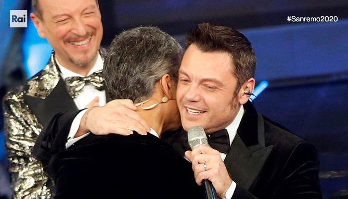 Fiorello torna a Sanremo mascherato da coniglio: promessa mantenuta
