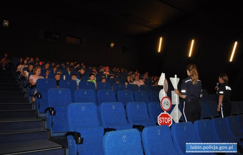 Jak spędzić bezpiecznie wakacje – policjantki rozmawiały z dziećmi w kinie