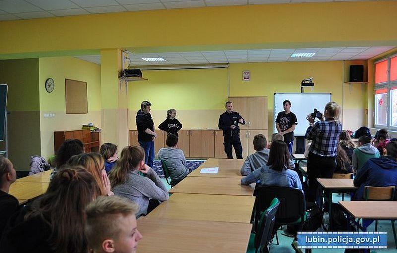 Przemoc rówieśnicza, domowa, odpowiedzialność nieletnich – spotkanie lubińskich policjantów z młodzieżą.