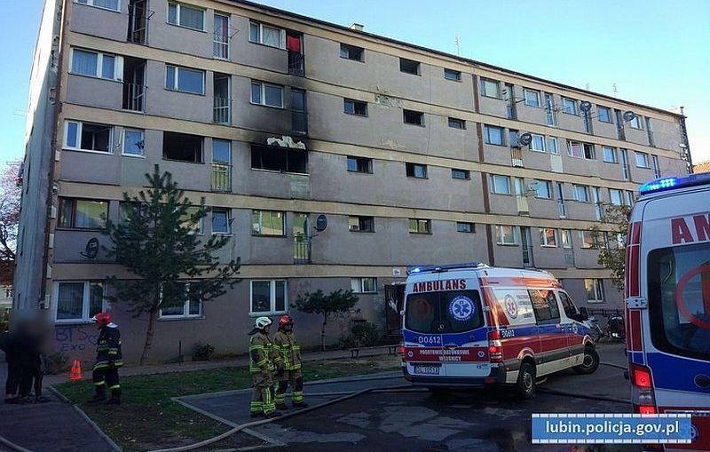 Ratowali ludzi z płonącego budynku