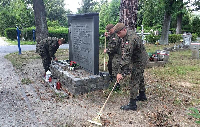 Porządkowali miejsc pamięci celem uczczenia  76. rocznicy wybuchu Powstania Warszawskiego