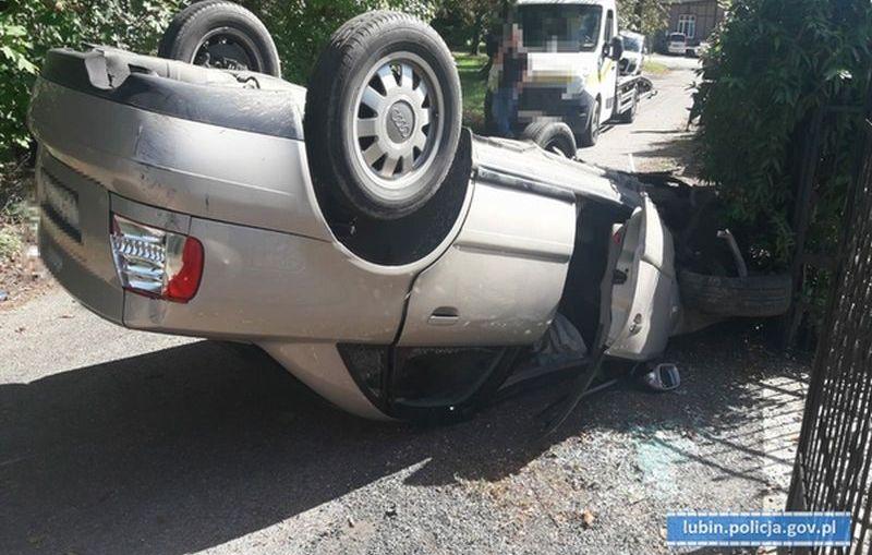 19 – letni kierowca wypadł z łuku drogi i dachował