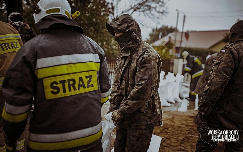 Dolnośląscy Terytorialsi wspierają strażaków w akcji przeciwpowodziowej