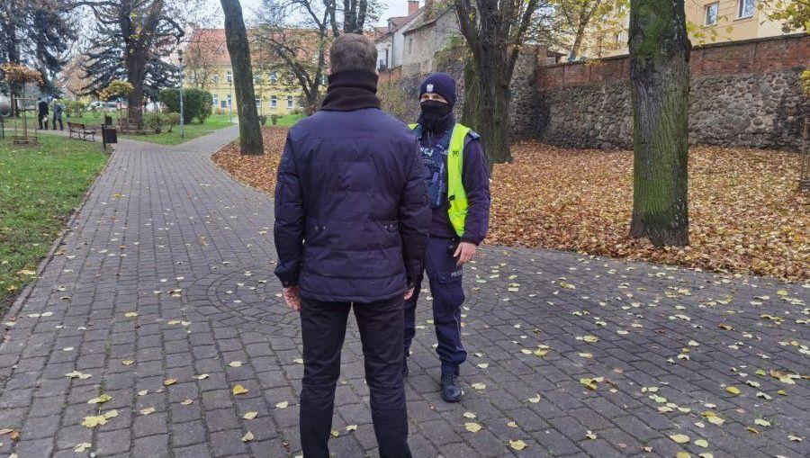 POLICJA PRZYPOMINA O OBOSTRZENIACH ZWIĄZANYCH Z PANUJĄCĄ PANDEMIĄ