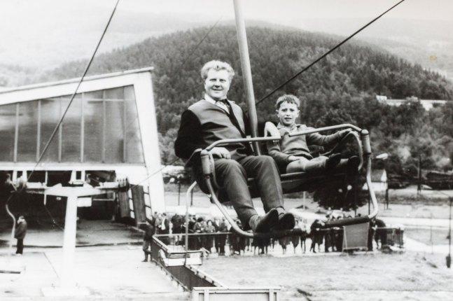 Pamiątkowe zdjęcie pana Andrzeja z synem Grzegorzem z wjazdu na Czantorię. Druga połowa lat 60.