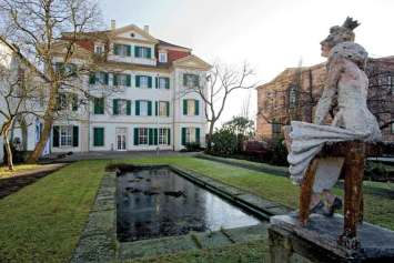 Ogród pałacu Bellevue w Kassel z rzeźbami bajkowych postaci