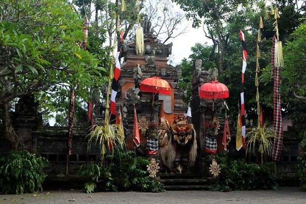 Indonezja, świątynia otulona tropikalną roslinnością, fot. Monika Galicka