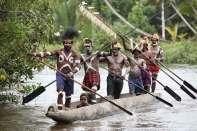 Asmatowie używają charakterystycznych długich łodzi