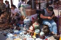 Na targu w Pekinie sprzedawane są nie tylko starocie, ale np. także suszone owoce tykwy, które można wykorzystać jako grzechotki albo... lampy