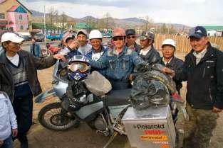 Niespodziewane spotkanie z klubem motocyklowym w małym mieście w środkowej Mongolii