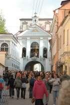 Ostra Brama w Wilnie – jedyna pozostałość dawnych fortyfikacji miejskich. Od strony wewnętrznej, znajduje się kaplica ostrobramska z obrazem Matki Boskiej Ostrobramskiej Królowej Korony Polskiej.