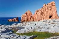 Arbatax słynie z niezwykłych czerwonych, porfirowych skał