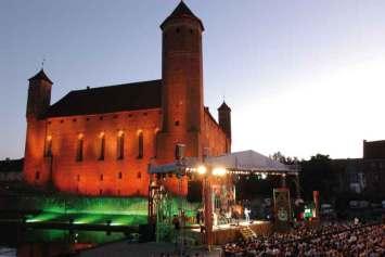 Lidzbarskie Wieczory Humoru i Satyry to najstarszy festiwal kabaretowy w Polsce. W Turnieju o Złotą Szpilkę co roku rywalizują najlepsze młode kabarety z całego kraju. Podczas trwania imprezy co wieczór odbywają się koncerty kabaretowe, a finałem festiwalu jest Kabaretowa Noc Pod Gwiazdami.